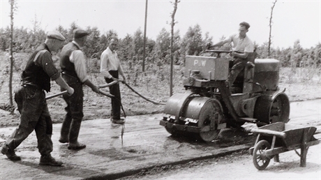 Construction of roads in the Amsterdam Forest, 1947.
